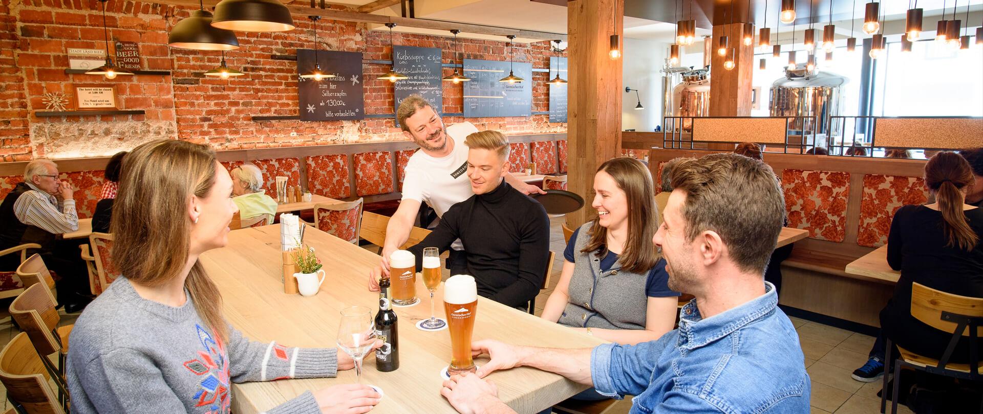 Bier-Brauerei Garmischer Menschen im Local trinken Bier