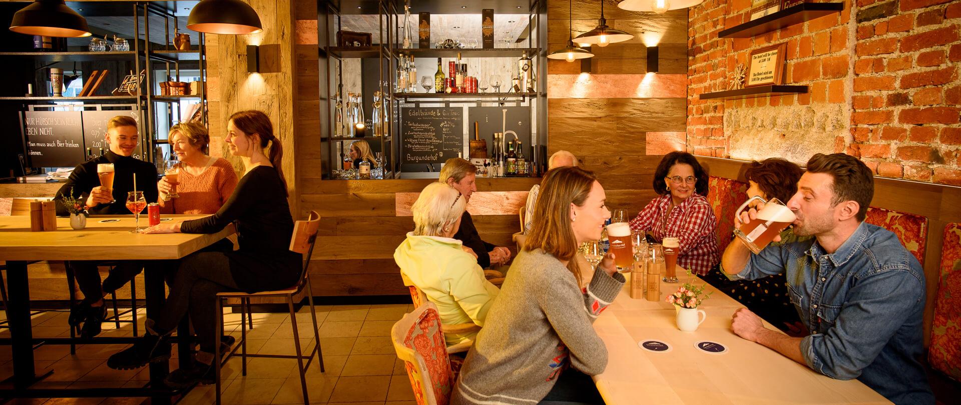 Brauerei_Garmischerhof_Menschen sitzen zusammen