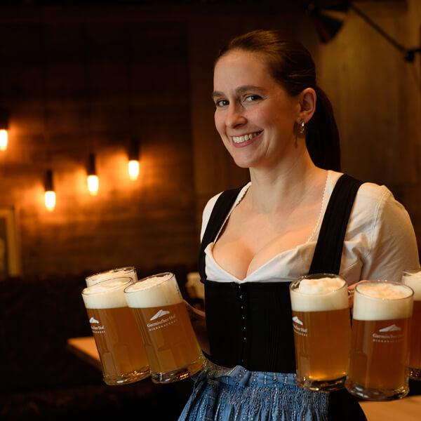 Garmischer Hof Bierbrauerei Konstanze Seiwald mit Bier