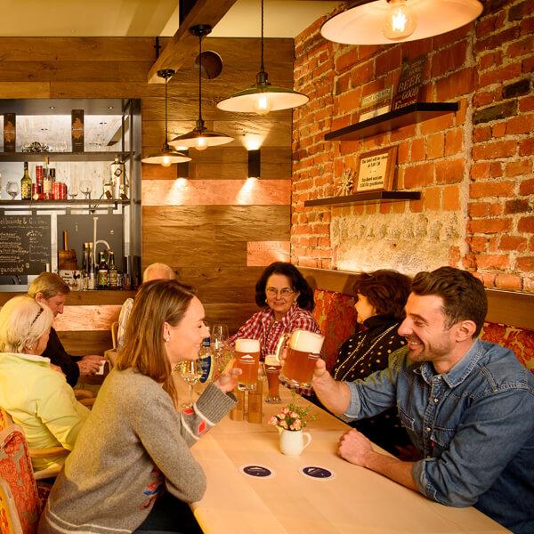 Garmischer Hof Bierbrauerei menschen im Restaurant