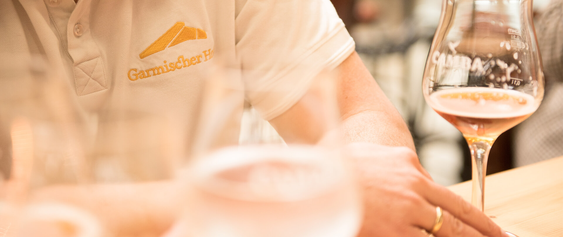 Garmischer Hof Bierbrauerei Mann mit Bier